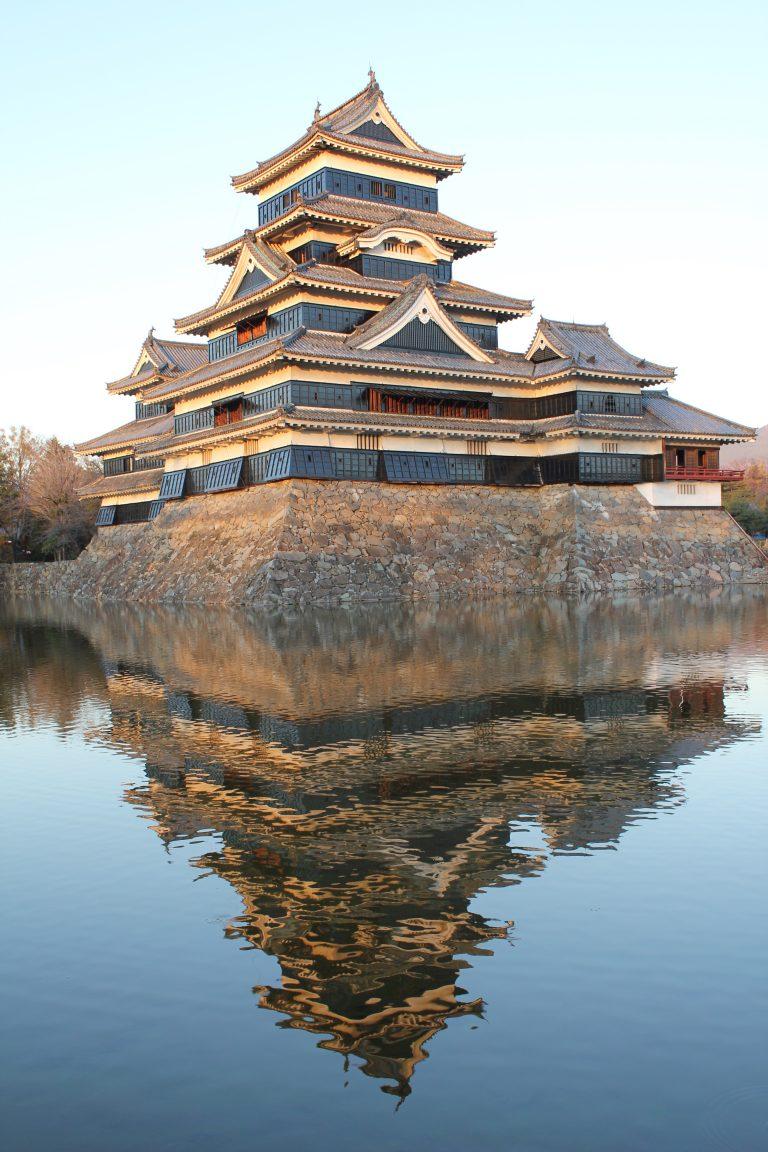 湖面に映る松本城