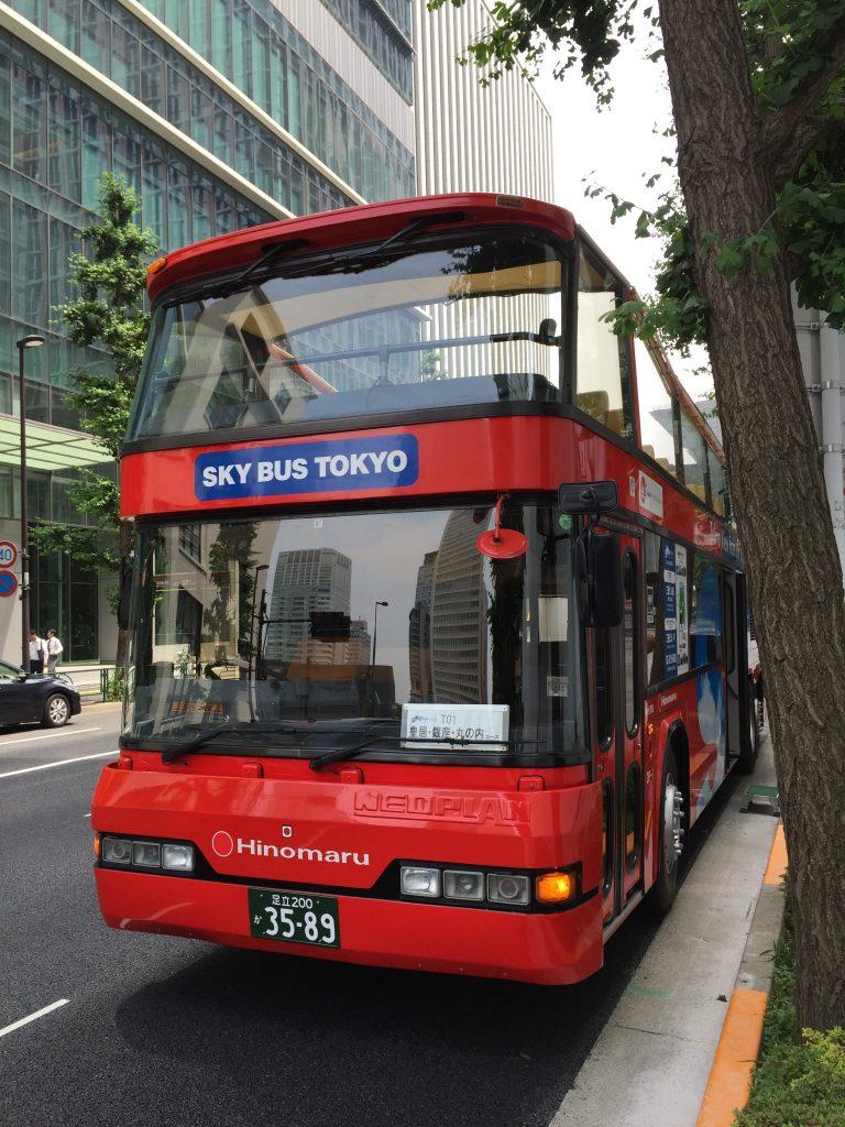 2階乗りの赤いオープントップバス